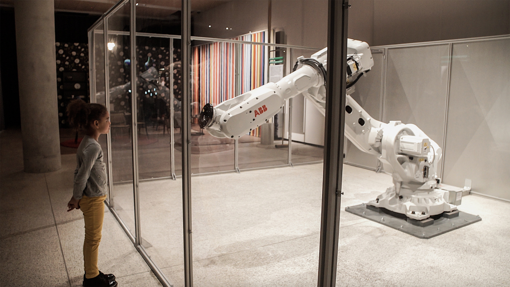 Image of Mimus at the Design Museum. Courtesy of Madeline Gannon and Autodesk, Inc.