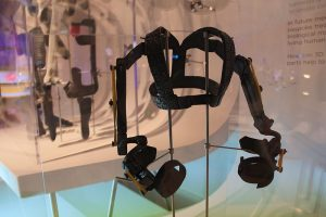 800px-WREX_exoskeleton_at_the_3D,_printing_the_future_exhibition_at_the_Science_Museum,_London