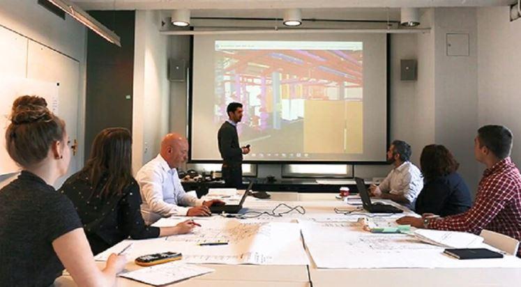 O engenheiro Sean Ottomanelli lidera uma reunião de coordenação do BIM com Paul McGilly e outros usando o BIM 360 Glue para examinar e resolver conflitos no modelo.